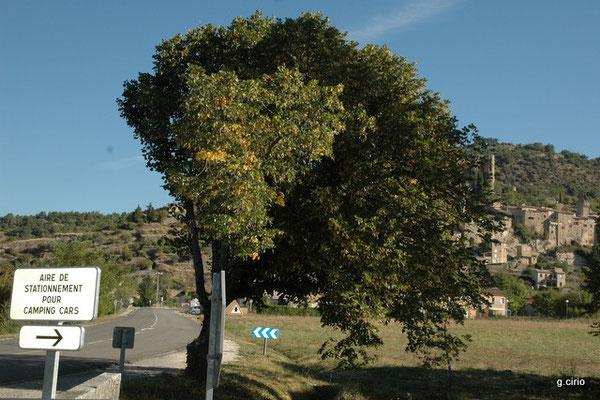 A l'entrée de Monbrun les Bains