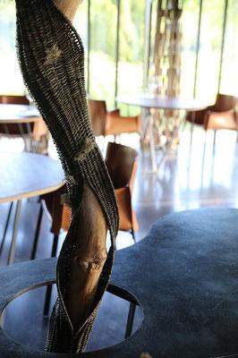 bois tressé au centre  de la salle de restaurant