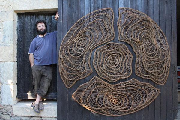 Corentin fier à coté de son 1er Mandala de 2m de diamètre