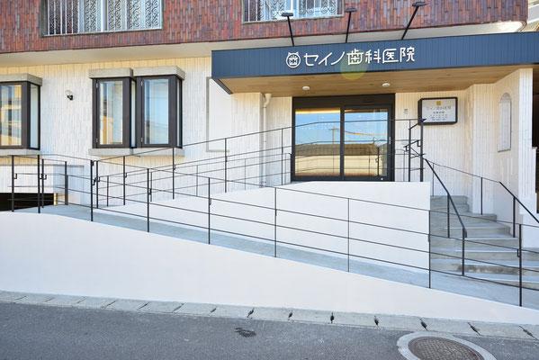 入り口のスロープです。ちょっと階段が苦手の方から車椅子やベビーカーをご使用の方まで、幅広くご来院できます。ちなみに玄関は自動ドアです。