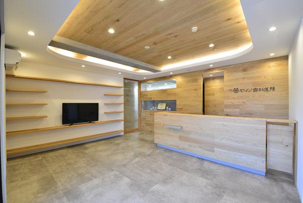 ゆったりした待合室。院内は土足で、バリアフリー設計。ゆったりチェアとテレビ、雑誌、漫画などご用意しております。