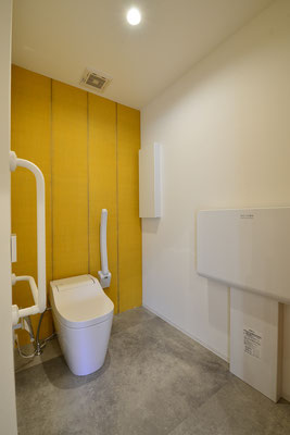 手すり付きのトイレ・オムツ交換台をご用意しております。便座は保温機能・ウォシュレット付きです。