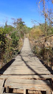 Un pont suspendu, on s'imagine presque dans un film d'Indiana Jones en le traversant, suspense à chaque pas... va-t-il tenir?