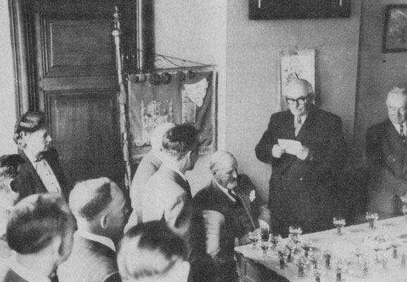 Mai 1955-Le bourgmestre Benoît remet le trophée du Roi Albert au Cercle Junior (Président : Marius Depriez)