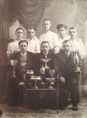 Vers 1930-Une société de balle pelote, mais laquelle ? Assis au milieu : Oscar Hautain, brasseur rue du Cura (Photo Octave Sanspoux)