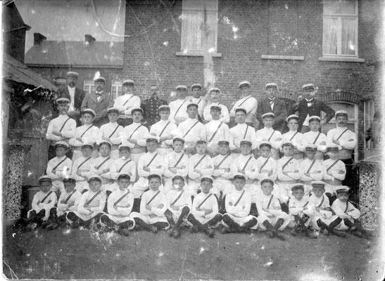 """Vers ou avant 1900-Il est probable qu'il s'agisse de """"La Nivelloise"""", club de gymnastique et d'armes"""