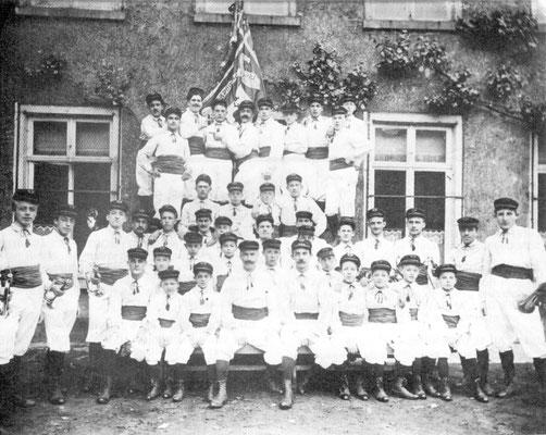 Vers 1912 - Société de gymnastique : Ligue ???Se trouvent sur cette photo :Jules Hulin-Fernand Hemberg-Lambert-Jonet-Léon Dury-Louis Dessart (le chef au milieu assis)-Omé-Bucquoi-Omer Montoisy