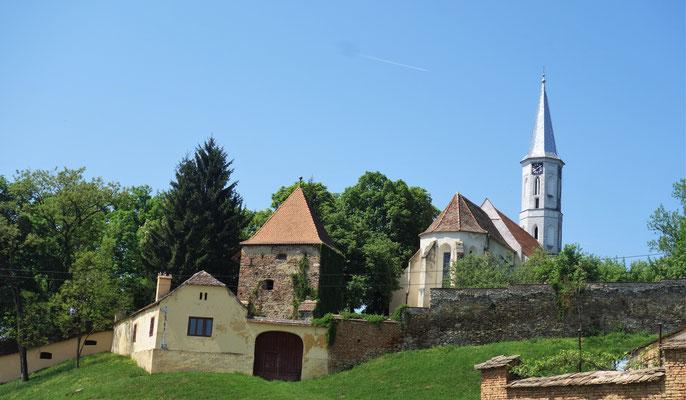 Die Kirchenburg in Alzen.