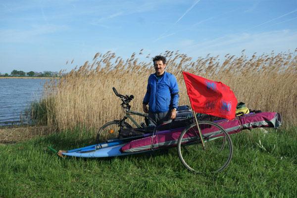 Tibor und sein selbstgebauter Surfanhänger fürs Fahrrad