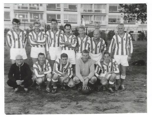 NR. 0008 Voetbalteam 1967 Linksboven: T de Wreede, Nielsen, de Haan, Bergsma, Beekhuizen, Selles,de Vries (supporter),  Vrieling. Linksonder:  Klein Langenhorst,  Landstra, Middendorp,  vd Heide, Kuipers.