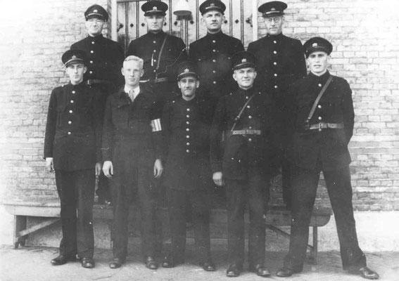 NR 0013 Personeel rond 1945  onder midden Herman van der Vegte