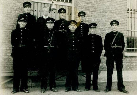 NR 0014 Personeel rond 1945   rechtsboven Herman van der Vegte