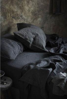 Draps de lit noirs pour une ambiance épurée et élégante - Pinterest La Déco d'Hélo