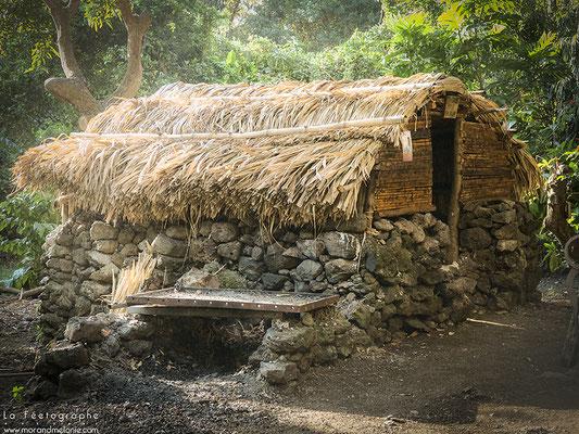 Une case en paille du village des Engagés malgaches.