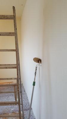 Fleißig wurde die Tapete und die Farbe an die Wand gebracht