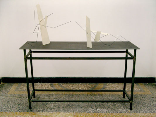 zwei Modelle, links: Passage I /// 2014 /// 60cm x 40cm x 50cm /// Aquarell/Finnpappe/Stahl rechts: Promenade I /// 2014 /// 40cm x 70cm 50cm ///Aquarell/Finnpappe/Stahl
