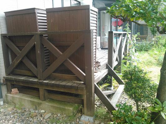 既存の木製のウッドデッキ 階段も壊れている。