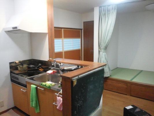 対面キッチンからタタミコ-ナ-を眺める。