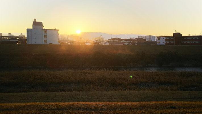 家の近くの大淀川から見た日の出です