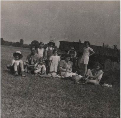 1946 Fenaison de famille HAUSHERR Céleste 1946 (Bernard à gauche avec le chapeau)