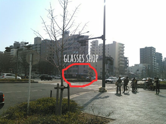 Proceeding to the right there is a large crossroads,Please walk with the aim of glasses shop