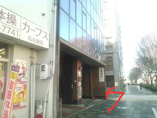 もう少し先に運動施設のカーブスがあります。MOAビルの看板ところ(小川通)で左折してください。