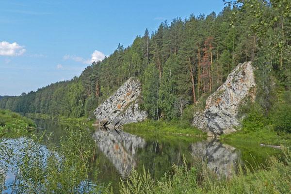 Immer wieder neue Felsen am Ufer