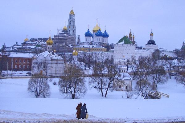 Blick auf das verschneite Kloster von Sergijew Possad