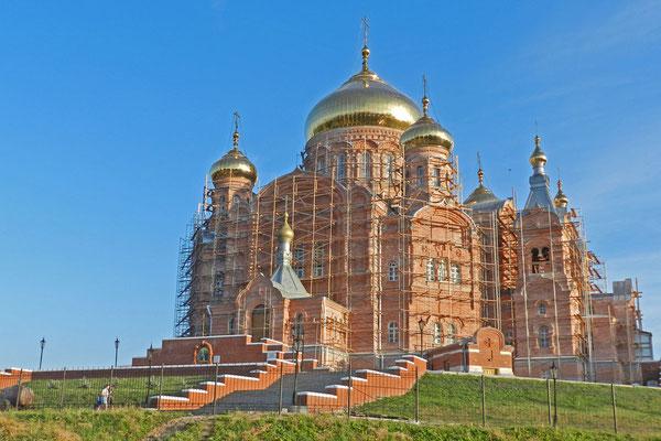 Die riesige Klosterkirche ist eines der größten Gotteshäuser Russlands.