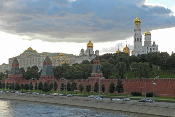 Auf der gleichen Moskwa-Brücke am frühen Abend