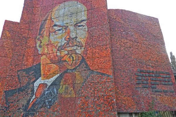 Lenin ganz in Rot - am Riviera-Park von Sotschi