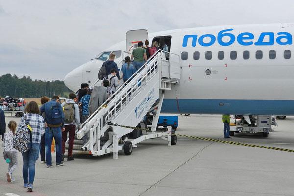 Pobeda-Maschine auf dem Flughafen von Karlovy Vary