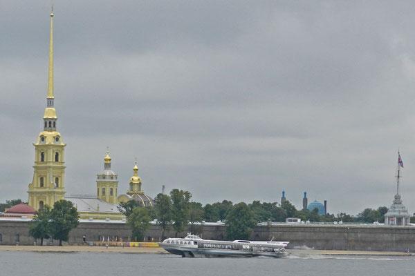 Die Peter-Paul-Festung vom anderen Newa-Ufer aus betrachtet