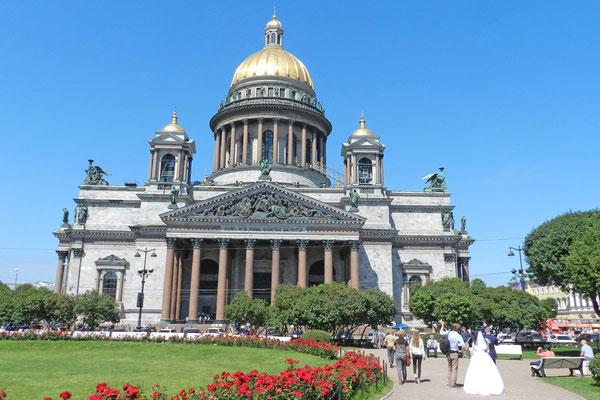 Um die Kathedrale wurde ein kleiner Park angelegt.