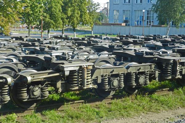 überall Radgestelle am Bahnhof Brest