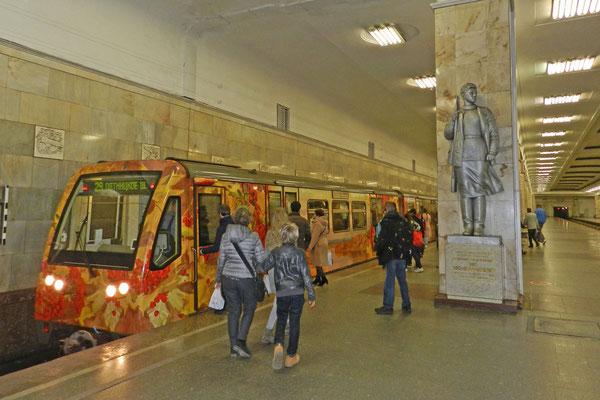 """Überlebensgroße Partisanen-Skulpturen wachen an der Station """"Partisanskaja"""""""
