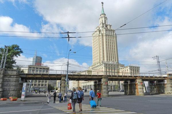 Das Hotel Leningradskaja am Westende des Komsomolskaja-Platzes