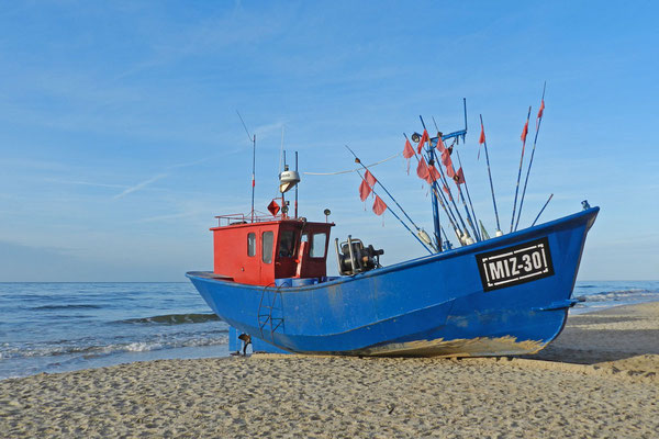 Рыбацкий  катер на пляже у Балтийского моря.