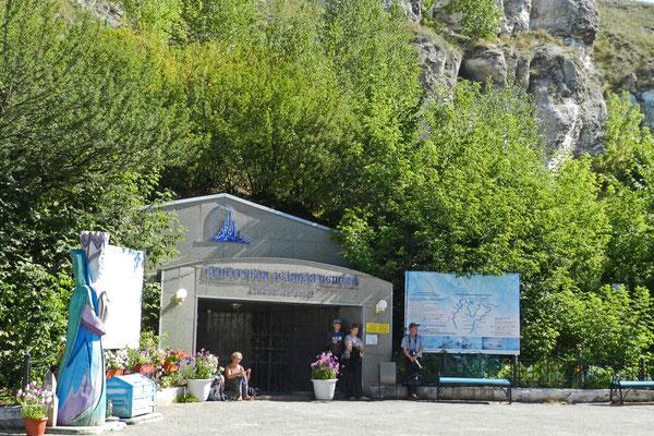Am Eingang zur Eishöhle von Kungur herrscht sommerliche Hitze.