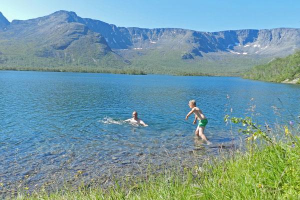 Unser erstes Bad in der Arktis im Maly-Wudjawr-See
