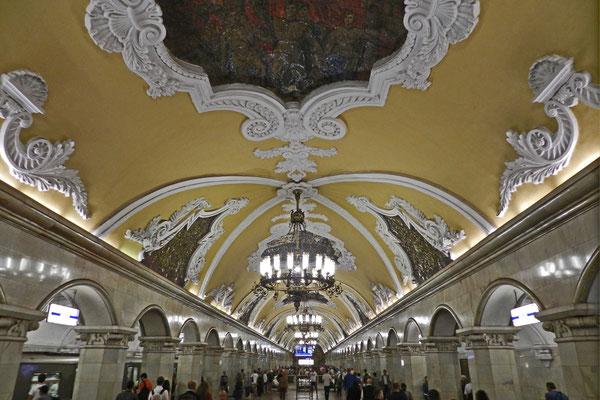 """Die Metro-Station """"Komsomolskaja"""" liegt unter dem Platz der drei Bahnhöfe"""
