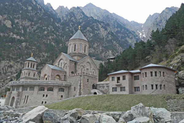 Direkt am georgischen Grenzübergang steht ein orthodoxes Kloster.