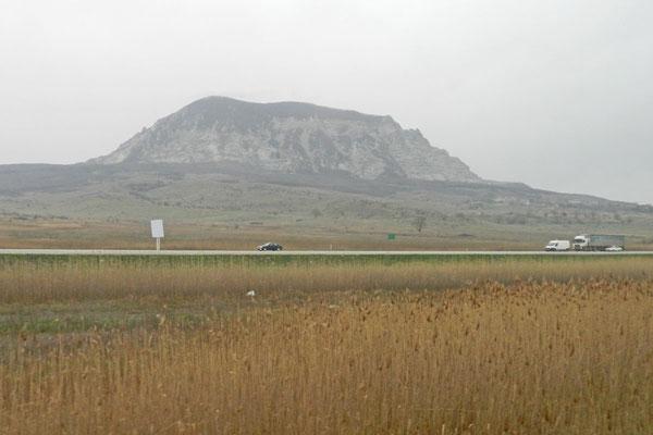 Die ersten Berge vor dem Zugfenster