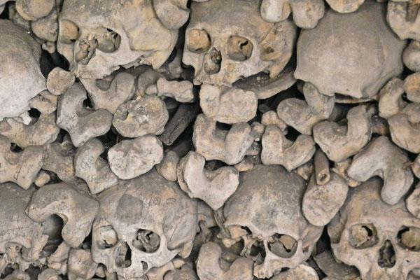 Здесь сложены кости более чем 15.000 жителей