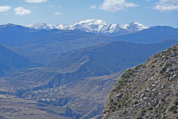 """Blick vom """"Oberen Gunib"""" auf den Kaukasus und das Dorf Rugudscha"""