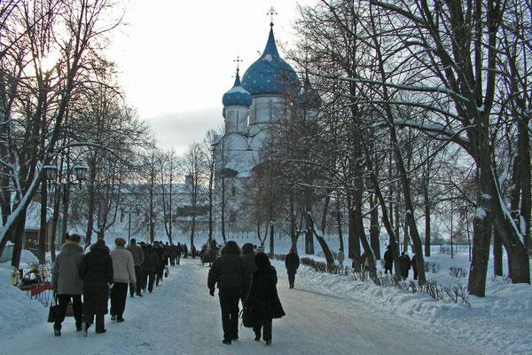 Touristen auf dem Weg zum Kreml von Susdal