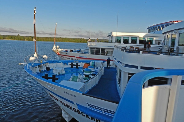 Hochbetrieb am Schiffsanleger der Insel Kischi