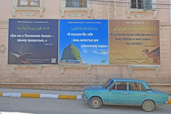 Religiöse Propaganda an einer Häuserwand in Derbent