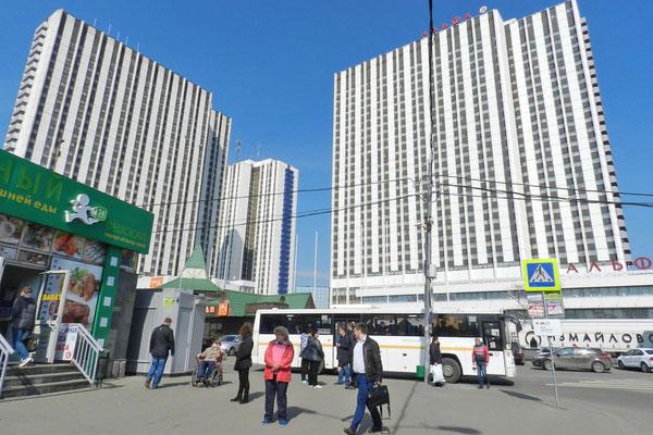 Der Weg zum Ismailowo-Markt führt an riesigen Hotelhochhäusern vorbei.