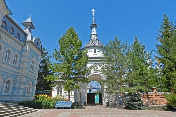 Am Westtor des Klosters